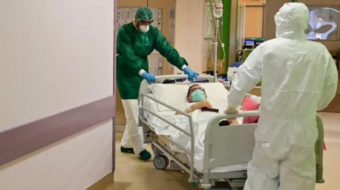 Лікарі везуть пацієнта, хворого на ковід